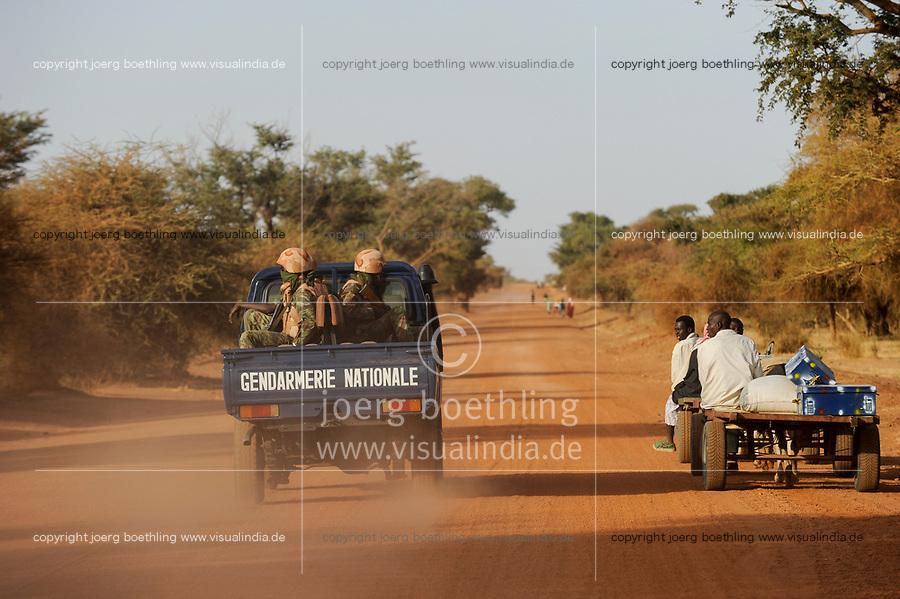 BURKINA FASO Dori, road to Goudebo refugee camp at border to Mali, armed police patrol / Weg zum Fluechtlingslager Goudebo an der Grenze zu Mali, bewaffnte Polizei Eskorte
