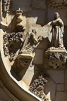 Détails des scultures surmontant le portail de la chapelle Notre-Dame, représentants la Vierge Marie et l'archange Gabriel