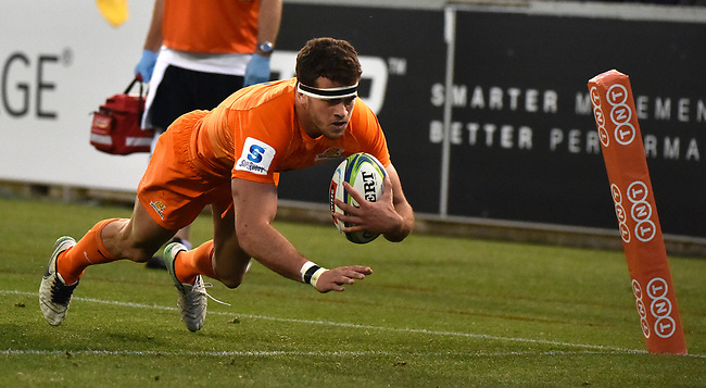 Jaguares player Emiliano Boffelli scores during the Super Rugby match between the ACT Brumbies and the Argentinian Jaguares at Canberra on April 22, 2018. AFP PHOTO / MARK GRAHAM --- IMAGE RESTRICTED TO EDITORIAL USE - STRICTLY NO COMMERCIAL USE --