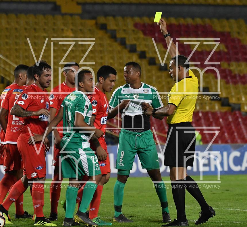 BOGOTÁ - COLOMBIA, 16-04-2019: Ángel Arteaga, árbitro de Venezuela muestra tarjeta amarilla a Jesús González de La Equidad (COL), durante partido de la primera etapa entre La Equidad (COL) y el Independiente F.B.C. (PAR), por la Copa Conmebol Sudamericana 2019 en el estadio Nemesio Camacho El Campin, de la ciudad de Bogotá. / Angel Arteaga, referee of Venezuela shows yellow card to Jesus Gonzalez of Independiente F.B.C. (PAR), during a match between La Equidad (COL) and Independiente F.B.C. (PAR), as part of the first stage for the Conmebol Sudamericana Cup 2019 in the Nemesio Camacho El Campin stadium in Bogota city. Photo: VizzorImage / Alejandro Rosales / Cont.