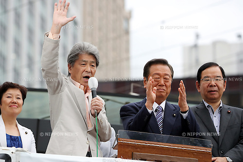 July 22, 2016, Tokyo, Japan - Shuntaro Torigoe (2nd L), a candidate for the Tokyo gubernatorial election delivers a campaign speech while Communist Party leader Kazuo Shii (R) and Peolpe's Life Party leader Ichiro Ozawa (2nd R) look on in Tokyo on Friday, July 22, 2016. Tokyo gubernatorial election will be held on July 31.     (Photo by Yoshio Tsunoda/AFLO) LWX -ytd-