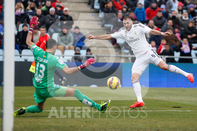 Getafe´s Codina (L) and Real Madrid´s Karim Benzema during La Liga match at Coliseum Alfonso Perez stadium  in Getafe, Spain. January 18, 2015. (ALTERPHOTOS/Victor Blanco)