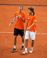 16-9-09, Netherlands,  Maastricht, Tennis, Daviscup Netherlands-France, Training, Thiemo de Bakker en Robin Haase(r) overleggen strategie in de dubbel