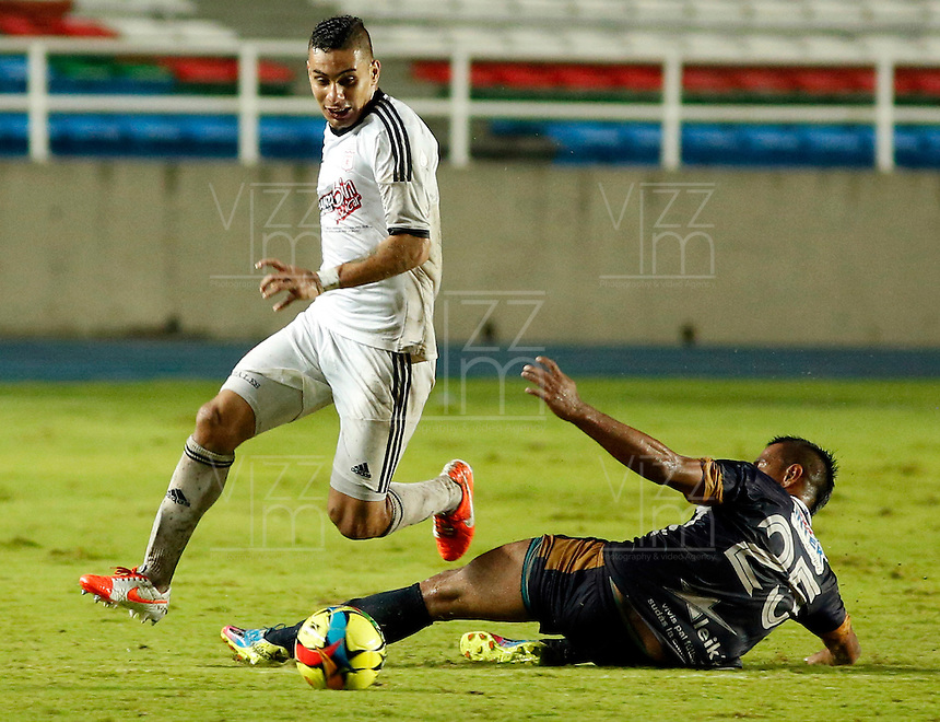 CALI -COLOMBIA-22-OCTUBRE-2014. Bryan Uruena  (Izq)  jugador del America de Cali disputa el balon  con Mitchell Cuellar  del  Depor FC  correspondiente a la  fecha 17 del Torneo Postobon jugado en el estadio Pascual Guerrero de la ciudad de  Cali . / Bryan Uruena  player  of  of America de Cali  fights the ball  against Mitchell Cuellar of Depor FC during match  the date corresponding to 17th date  Postobon tournament match played at the Pascual Guerrero stadium in Cali.  Photo: VizzorImage / Juan Carlos Quintero / Stringer