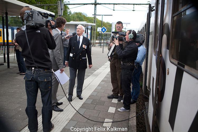 Maastricht-Amsterdam, 5 mei 2010.Vrijheidstrein op bevrijdingsdag.Uitzending NOS televisie.Interview met veteraan Frits Dijkstra op station Wageningen.Foto Felix Kalkman