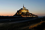 Le Mont Saint-Michel, au crépuscule.