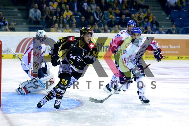 1. Spieltag der DEL Saison 2016/17 &ndash; Krefeld Pinguine vs. Adler Mannheim (16.09.2016) /#52 Dominik Bittner (Mannheim) /#86 Daniel Pietta (KEV) im Spiel in der DEL, Krefeld Pinguine (schwarz) &ndash; Adler Mannheim (weiss).<br /> <br /> Foto &copy; PIX-Sportfotos.de *** Foto ist honorarpflichtig! *** Auf Anfrage in hoeherer Qualitaet/Aufloesung. Belegexemplar erbeten. Veroeffentlichung ausschliesslich fuer journalistisch-publizistische Zwecke. For editorial use only.