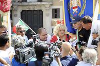 Roma , 26 Agosto 2011.Piazza Montecitorio.Protesta davanti al Parlamento dell' ANPCI associazione dei piccoli Comuni contro la Manovra economica e l'accorpamento dei comuni sotto i 1000 abitanti..Nella foto: la presidente dell'Ancpi, Franca Biglio