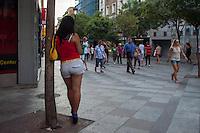 Madrid, una prostituta che aspetta un nuovo cliente tra la gente che passeggia - a prostitute is waiting for a new client between the people walking