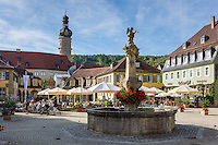 Germany, Baden-Wuerttemberg, Tauber Valley, Weikersheim: Market Square with fountain, at background Weikersheim Castle with donjon | Deutschland, Baden-Wuerttemberg, Taubertal, Weikersheim: Marktplatz mit Brunnen, im Hintergrund das Schloss Weikersheim mit Bergfried