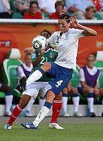 Wolfsburg , 270611 , FIFA / Frauen Weltmeisterschaft 2011 / Womens Worldcup 2011 , Gruppe B  ,  .England - Mexico .Jill Scott (England) gegen Stephany Mayor (Mexico) .Foto:Karina Hessland .