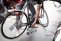 Milano 13 Ottobre: si è svolta sabato l'Alleycat race, la gara in bici ispirata ai pony express. Due partecipanti riparano una ruota per una foratura