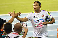BARRANQUILLA- COLOMBIA - 14-11-2015: Luis Muriel jugador de la seleccion Colombia saluda a los fans durante el primer entrenamiento en el Polideportivo de la Universidad Autonoma del Caribe antes de su encuentro contra  la seleccion del Argentina / Jeison Murillo player of the selection Colombia shake hand with the fans during the first training at the Polideportivo of the Universidad  Autonoma del  Caribe before their match against of Argentina. Photo: VizzorImage / Alfonso Cervantes / Cont