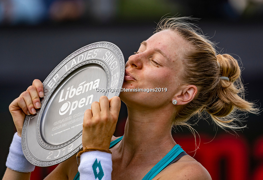 Rosmalen, Netherlands, 16 June, 2019, Tennis, Libema Open, Winner Alison Riske kissing the trophy<br /> Photo: Henk Koster/tennisimages.com