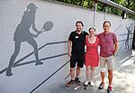 2018-07-28 / Tennis / Seizoen 2018 / TC Peerdsbos Brasschaat / Michel Willemsens (r.) met de mensen van de wedstrijdtafel voor de pas opgeknapte muur.<br /> <br /> ,Foto: Mpics
