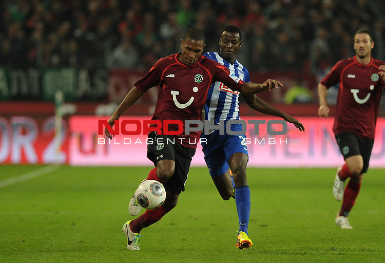 04.10.2013, HDI Arena, Hannover, GER, 1.FBL, Hannover 96 vs Hertha BSC, im Bild Marcelo (Hannover #25), Adrian Ramos (Berlin #20)<br /> <br /> Foto &copy; nph / Frisch
