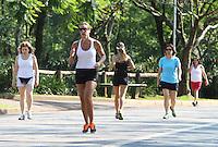 ATENCAO EDITOR: FOTO EMBARGADA PARA VEICULO INTERNACIONAL - SAO PAULO, SP, 06 DEZEMBRO 2012 - CLIMA TEMPO - Temperatura em elevacao que pode chegar aos 33 graus levou muitas pessoas ao parque do Ibirapuera para caminhar e se exercitar nessa quinta, 06. (FOTO: LEVY RIBEIRO / BRAZIL PHOTO PRESS)