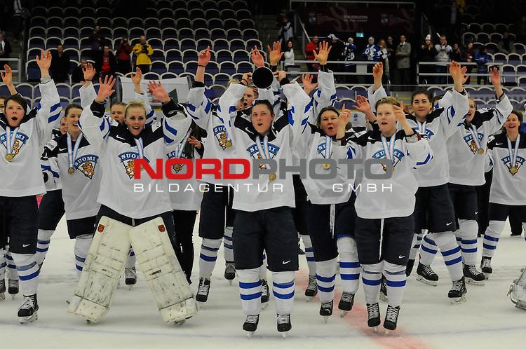 04.04.2015, Malm&ouml; Ishall, Malm&ouml; , SWE, IIHF Eishockey Frauen WM 2015, Finnland  (FIN) vs Russland (RUS), im Bild, Finnland wird Dritter der WM, Jubel<br /> <br /> <br /> ***** Attention nur f&uuml;r redaktionelle Berichterstattung *****<br /> <br /> Foto &copy; nordphoto / Hafner