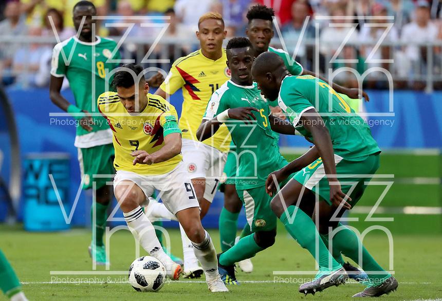 SAMARA - RUSIA, 28-06-2018: Idrissa Gana GUEYE (C) y Kalidou KOULIBALY (Der) jugadores de Senegal disputan el balón con Radamel FALCAO (Izq) jugador de Colombia durante partido de la primera fase, Grupo H, por la Copa Mundial de la FIFA Rusia 2018 jugado en el estadio Samara Arena en Samara, Rusia. / Idrissa Gana GUEYE (C) and Kalidou KOULIBALY (R) players of Senegal fight the ball with Radamel FALCAO (L) player of Colombia during match of the first phase, Group H, for the FIFA World Cup Russia 2018 played at Samara Arena stadium in Samara, Russia. Photo: VizzorImage / Julian Medina / Cont