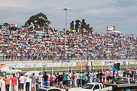 CURITIBA, PR, 14 DE DEZEMBRO 2013 –  FESTIVAL DE ARRANCADA FORÇA LIVRE - Expectadores durante a 20ª edição do festival de arrancada, no Autódromo Internacional de Curitiba (AIC),em Pinhais, neste sábado (14).(FOTO: PAULO LISBOA  / BRAZIL PHOTO PRESS)