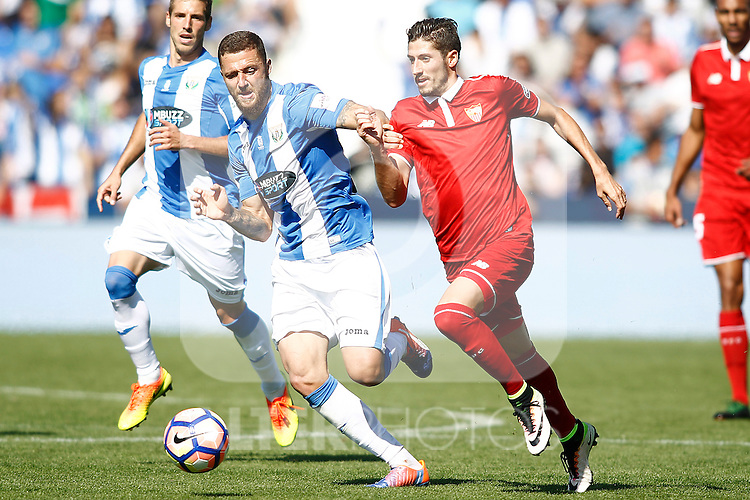 CD Leganes' David Timor (l) and Sevilla FC's Sergio Escudero during La Liga match. October 15,2016. (ALTERPHOTOS/Acero)