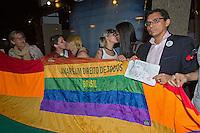 RIO DE JANEIRO, RJ, 11.07.2014 - BEIJAÇO LESBICO - O Grupo Arco-iris ligado ao ativismo LGBT no Rio, fez um protesto hoje em frente ao Bar 20, em Ipanema, Zona Sul do Rio de JAneiro, onde a DJ Carla Ávila foi agredida por um frequentador do estabelecimento. Por causa da chuva, poucos ativistas compareceram. Também compareceram os representantes dos Direitos Humanos da OAB.(Foto: Agustin Cuevas - Brazil Photo Press)