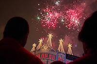 """CURITIBA, PR, 29 DE NOVEMBRO DE 2013 – CORAL DE NATAL PALÁCIO AVENIDA -  Iniciou na noite dessa sexta-feira (29), no calçadão da rua XV de novembro, centro de Curitiba, as apresentações do coral de natal do Palácio avenida. A edição deste ano traz o tema """"O Fantástico Livro de Natal"""", composto por 17 músicas, sendo 6 inéditas, cantadas por 120 crianças e jovens entre 7 e 16 anos ,que compõem o coral. As apresentações serão realizadas nas sextas-feiras, sábados e domingos, até o dia 15 de dezembro, a partir das 20h15. O evento é gratuito. (FOTO: PAULO LISBOA  / BRAZIL PHOTO PRESS)"""