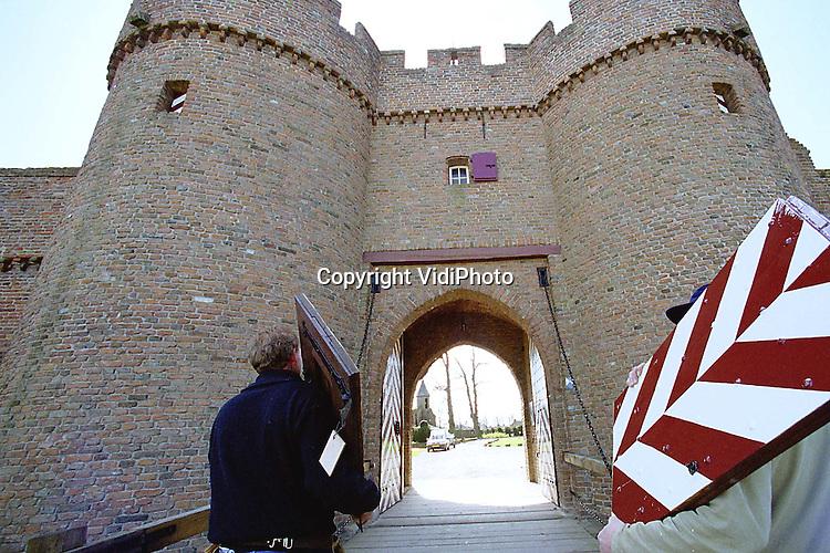 Foto: VidiPhoto..DOORNENBURG - De zware eikenhouten luiken van de wachtorens op kasteel De Doornenburg zijn donderdag teruggeplaatst. De luiken hebben enkele weken bij een restaurateur gelegen. De Doornenburg is bekend van de tv-serie Floris, gespeeld door Rutger Hauer, in de jaren zeventig. Er zijn plannen voor een nieuwe tv-serie over Floris. Het kasteel in de Over-Betuwe .is daarbij opnieuw in beeld als filmlocatie.