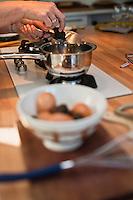 Europe/France/Aquitaine/24/Dordogne/Saint-Cyprien/Pechalifour:  Lors d'un stage de cuisine à la truffière de Péchalifour Carole Aynaud-Humblet  apprend a ses  invités la préparation de la brouillade aux truffes