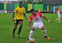 BARRANCABERMEJA -COLOMBIA, 25-09-2016:  Jeisson Palacios (Izq) jugador de Alianza Petrolera disputa el balón con William Tesillo (Der) de Independiente SantaFe durante encuentro válido por la fecha 14 de la Liga Aguila II 2016 disputado en el estadio Daniel Villa Zapata de la ciudad de Barrancabermeja./ Jeisson Palacios (L) player of Alianza Petrolera fights for the ball with William Tesillo (R) player of Independiente SantaFe during match valid for the date 14 of the Aguila League II 2016 played at Daniel Villa Zapata stadium in Barrancebermeja city. Photo: VizzorImage / Jose Martinez / Cont