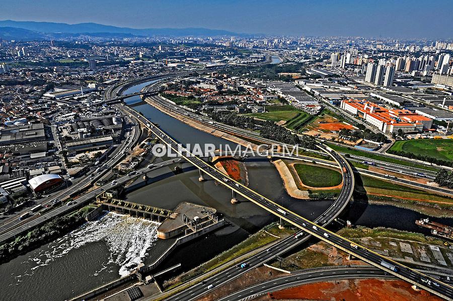 Vista aérea do encontro do rio Tietê e rio Pinheiros. São Paulo. 2008. Foto de Juca Martins.