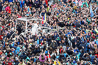 Papa Francesco saluta i fedeli dopo aver celebrato la messa di Pasqua in Piazza San Pietro, Citta' del Vaticano, 5 aprile 2015.<br /> Pope Francis greets faithful after celebrating the Easter Sunday mass in St. Peter's Square, Vatican, 5 April 2015.<br /> UPDATE IMAGES PRESS/Isabella Bonotto<br /> <br /> STRICTLY ONLY FOR EDITORIAL USE