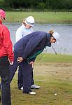 Biddinghuizen - Referee Pluis (Ingeborg Slikker) .  Voorjaarswedstrijd dames 2007. Referee Pluis bekijkt de ligging van de bal van Marincke Gerbranda.  COPYRIGHT KOEN SUYK.