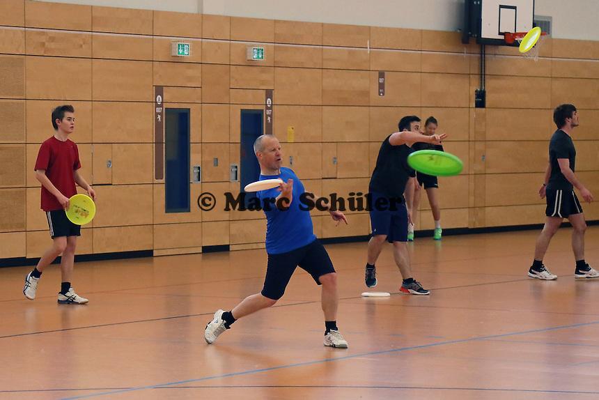 B&uuml;ttelborn 19.03.2016: Ultimate Frisbee Workshop, Kreissporthalle<br /> Teilnehmer &uuml;ben das Werfen mit der Frisbee<br /> Foto: Vollformat/Marc Sch&uuml;ler, Sch&auml;fergasse 5, 65428 R&uuml;sselsheim, Fon 0151/11654988, Bankverbindung Kreissparkasse Gross Gerau BLZ. 50852553 , KTO. 16003352. Alle Honorare zzgl. 7% MwSt.