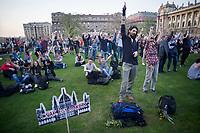 UNGARN, 14.04.2018, Budapest V. Bezirk. Eine Woche nach der Parlamentswahl demonstrieren biz zu 200000 Menschen gegen den durch das manipulierte Wahlsystem ermoeglichten erneuten &ldquo;Zwei-Drittel-Sieg&ldquo; von Fidesz. Die Menge fuellt den Kossuth-Lajos-Platz vor dem Parlament, das &ldquo;nur eine Attrappe&ldquo; ist. | One week after the parliamentary elections up to 200 000 people demonstrate against Fidesz new &ldquo;two-third-supermajority&ldquo; facilitated by a manipulated election system. The crowd filling Kossuth Lajos square in front of the parliament, which is &ldquo;just a mock-up&ldquo;.<br /> &copy; Martin Fejer/estost.net