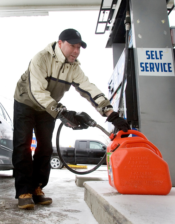 MIDDLEBURY CT. 02 December 2014-010214SV05-Chris Sankey of Middlebury topped off his car and filled gas cans for his snow blower on Middlebury Road in Middlebury Thursday.<br /> Steven Valenti Republican-American