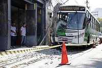SAO PAULO, SP, 14.10.2015 - ACIDENTE-SP - O motorista de um ônibus perdeu o controle e atingiu um poste na Av. Engenheiro Caetano Álvares, no bairro do Limão, região norte de São Paulo, SP, na manhã desta quarta-feira, 14. Dez pessoas ficaram feridas e foram socorridas para hospitais da região. (Foto: Fernando Neves/ Brazil Photo Press)