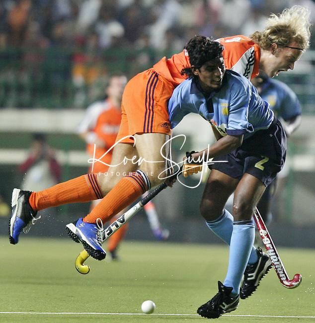 CHENNAI-Champions Trophy hockey mannen. Floris Evers stuit op William Xalxo, vrijdag tijdens de wedstrijd Nederland-India (2-1). ANP PHOTO KOEN SUYK