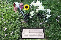 SAO PAULO, SP, 01.05.2015 - MORTE-SENNA - SP - Fãs prestam homenagens no túmulo do piloto Ayrton Senna, nesta sexta-feira (1). A data de hoje marcam os 21 anos em que Ayrton Senna morreu em um acidente na Formula 1, no autódromo de Imola, na Italia. (Foto: Douglas Pingituro / Brazil Photo Press/Folhapress)