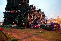 SAO PAULO, SP, 07 DE JANEIRO 2012 - QUEDA ESTRUTURA ARVORE DE NATAL - Parte da estrutura superior da grande Árvore de Natal montada na Avenida Governador Carvalho Pinto, próximo à ponte Aricanduva da Marginal Tietê, caiu após a forte chuva e ventos que atingiram a capital paulista na tarde deste sábado (07).  (FOTO: VANESSA CARVALHO - NEWS FREE).