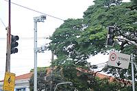 SAO PAULO, SP - 10.03.2016 - TRANSITO-SP - Semáforos da Avenida Indianópolis com a avenida Rubem Berta estão desligados e sem agentes da CET para controlar o trânsito local apos a chuva desta quinta-feira, 10. (Foto: Fabricio Bomjardim / Brazil Photo Press)