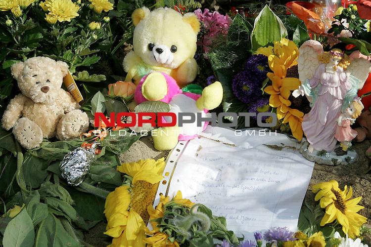 Fundort der Leiche an der K 333 zwischen Vechta und Dinklage - vor dem Entwaesserungsrohr wurde die M&scaron;dchenleiche von dem Hund gefunden. Unbekannte stellten Kerzen, einen Blumenstraeusse sowie mehrere Stofftiere an die  Fundstelle  an der Fundstelle auf. Ebenso Schriftstuecke von besorgten Eltern mit den Wortlauf: ,, Es tut so weh, wenn wir hier stehn und darŁber nachdenken was Dir passiert ist. Ich wŁnsche und hoffe, daŖ dieser UNhold gefŖt wird. Ich denke der libe Gott wird es richten und das schon erledigen! Du kleiner Engel, du bist so unschuldig. Ich kenne weder Deinen Namen, noch Dein sŁŖes Engelgesicht! Du musst ein Engel gewesen sein. ( Trauerbrief )<br /> <br /> Foto: &copy; nordphoto <br /> <br />  *** Local Caption *** Foto ist honorarpflichtig! zzgl. gesetzl. MwSt.<br />  Belegexemplar erforderlich<br /> Adresse: nordphoto<br /> Georg-Reinke-Strasse 1<br /> 49377 Vechta