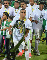 MEDELLÍN - COLOMBIA - 18 - 06 - 2017: Macnely Torres, jugador de Atletico Nacional, celebra con el trofeo como campeon de la Liga Aguila I, durante partido de vuelta, de la final entre Atletico Nacional y Deportivo Cali, por la Liga Águila I 2017, jugado en el estadio Atanasio Girardot de la ciudad de Medellín. / Macnelly Torres, player of Atletico Nacional, celebrate with the trophy as champion of the Liga Aguila I, during a match of the second leg of the final between Atletico Nacional and Deportivo Independiente Medellin for the Aguila League I 2017, played at Atanasio Girardot stadium in Medellin city. Photo: VizzorImage / León Monsalve / Cont.