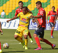ARMENIA - COLOMBIA - 29-08-2015: David Ferreira of Atletico Huila disputa el balon  con  el Independiente Medellin durante partido  por la fecha 9 de la Liga Aguila II 2015 jugado en el estadio Centenario de Armenia. / David Ferreira of Atletico Huila fights the ball  against of Independiente Medllin during a match for the ninth date of the Liga Aguila II 2015 played at Centenario stadium in Armenia  city. Photo: VizzorImage / Inti