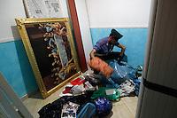 OPERAZIONE ANTICAMORRA  DEI CARABINIERI 101 ARRESTI AL  CLAN DI LAURO DI SCAMPIA<br /> NELLA FOTO I CARABINIERI NEL RIONE DEI FIORI ROCCAFORTE DEL CLAN<br /> FOTO DE LUCA