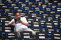 RIO DE JANEIRO, RJ, 26 DE AGOSTO 2012 - CAMPEONATO BRASILEIRO - BOTAFOGO X FLAMENGO - Torcedor do Botafogo, antes da partida contra o Flamengo, pela 19a rodada do Campeonato Brasileiro, no Stadium Rio (Engenhao), na cidade do Rio de Janeiro, neste domingo, 26. FOTO BRUNO TURANO BRAZIL PHOTO PRESS