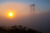 United States of America, California, San Francisco: Golden Gate Bridge in dawn fog | Vereinigte Staaten von Amerika, Kalifornien, San Francisco: The Golden Gate Bridge im Nebel und Gegenlicht