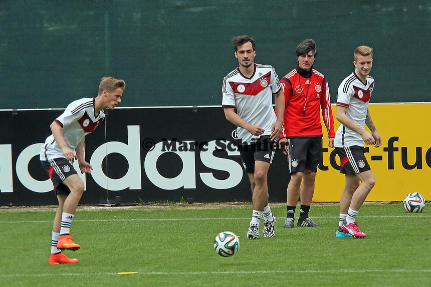Erik Durm, Mats Hummels und Marco Reus beim Aufwärmtraining, Bundestrainer Joachim Löw guckt zu - Training der Deutschen Nationalmannschaft im Rahmen der WM-Vorbereitung in St. Martin