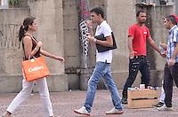 SAO PAULO, 19 DE FEVEREIRO DE 2013. - CLIMA TEMPO SP - Paulistano vive tarde quente nesta terca feira, 19, regiao central da capital. (FOTO: ALEXANDRE MOREIRA / BRAZIL PHOTO PRESS).