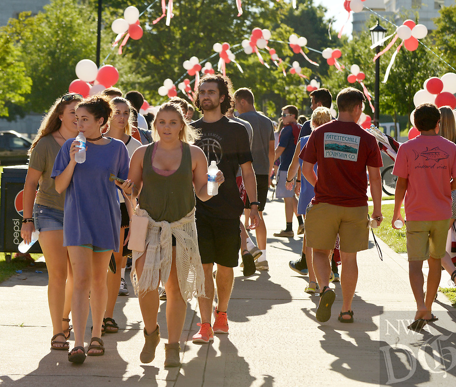 NWA Democrat-Gazette/BEN GOFF @NWABENGOFF<br /> New students picnic on Old Main Lawn on Sunday Aug. 21, 2016 during the New Student Welcome and Burger Bash on the University of Arkansas campus in Fayetteville.